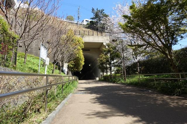横浜駅からの歩き方|東急フラワー緑道トンネル入り口