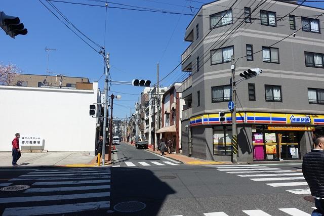 横浜駅からの歩き方|信号を渡る