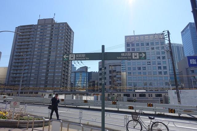 横浜駅からの歩き方|東急フラワー緑道入り口の標識
